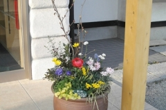 トサミズキを主木に、春の訪れを想う色とりどりの花で飾りつけ、ウェルカムの気持ちをカタチにしようと創作致しました。